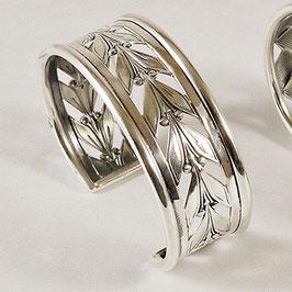 Bracelet N°69. Bracelet rappelant la feuille de laurier. Bronze recouvert d'argent pur. Sur un pull foncé ou à même la peau, ce bracelet est du plus bel effet.