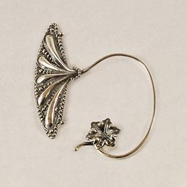 Tour d'Oreille 08.Profil gauche. Bijou d'oreille de facture médiévale. Petite fleur associée à une aile de papillon très stylisée.