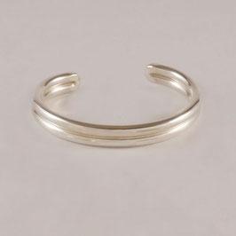 Bracelet H4. Très masculin, ce bijou sobre. Deux fils (diamètre 5 mm) soudés et reliés l'un à l'autre. Bronze recouvert d'argent pur. Soudure au fil d'argent.