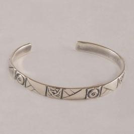 Bracelet N°156. De facture art nouveau, ce bijou est en bronze recouvert d'argent pur. la patine appropriée relevant avantageusement le motif.