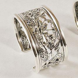 Bracelet N°74. D'inspiration floral, la ciselure très fine de ce bijou en fait ressortir les délicates petites fleurs et son feuillage. Bronze recouvert d'argent pur;