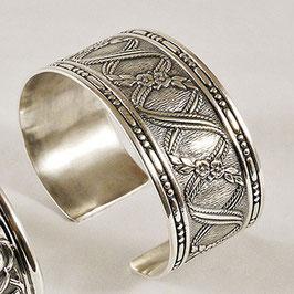 Bracelet N° 73. Léger et confortable. Entrelacs entre lesquels apparaissent de délicates petites fleurs dont la patine vieillie fait ressortir les motifs. Bronze argenté.