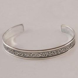 Bracelet N°160. Joli bracelet en bronze recouvert d'argent pur à la ciselure très fine. La patine fait ressortir avantageusement le motif de ce bracelet.