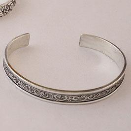Bracelet N°60. joli bracelet en bronze recouvert d'argent pur à la ciselure très fine. La patine fait ressortir avantageusement le motif de ce bracelet.