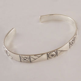 Bracelet H56. De facture art nouveau, ce bijou est en bronze recouvert d'argent pur. la patine appropriée relevant avantageusement le motif.