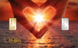 Herz aus zwei Händen mit einem Gold- und einem Silberbarren