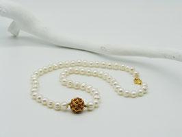 Edle weiße Zuchtperlenkette mit korallenbesetzter Goldkugel