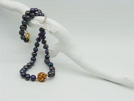 Edle dunkle Zuchtperlenkette mit korallenbesetzter Goldkugel