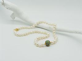 Edle weiße Zuchtperlenkette mit türkisbesetzter Goldkugel