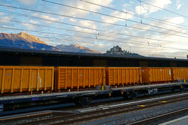 Güterzug-Panorama in orange, Bahnhof Sion, Wallis, CH