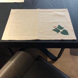 Leinentischset beige mit grüner Stickerei