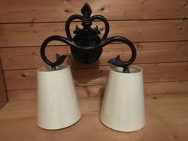 Wandlampe mit weißen Schirmen
