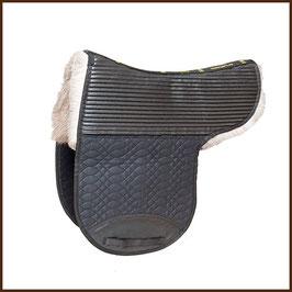 Satteldecke mit Rentierfell und Tasche von Bartl Mod. Aerial - mit Teilfell unterlegt