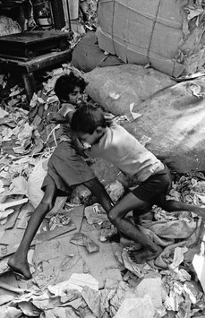 IB 44 - Bombay (India), bambini di strada/street children - 1991