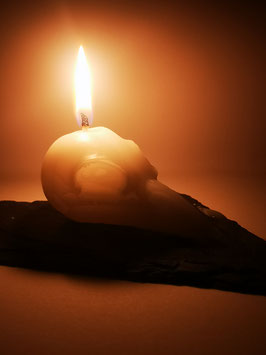 Rabenschädel Kerze in elfenbein