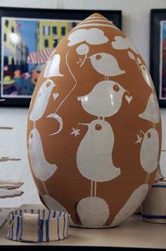 Uovo gigante con pulcini e stelle