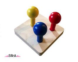 Krāsainas bumbas uz kociņiem: trīs krāsas