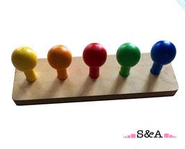 Krāsainas bumbas uz kociņiem: piecas krāsas
