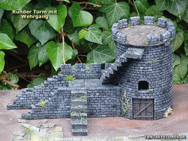 Runder Turm mit Wehrgang