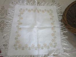 4-25  フランス白テーブルセンター手刺繍