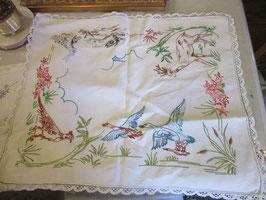 4-22    フランス、刺繍のテーブルセンター