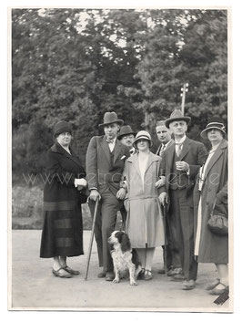 Alte Fotografie elegante Personen mit Hund, Mode 1920er Jahre