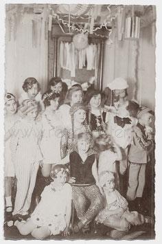 Alte Fotografie Postkarte FASCHING verkleidete Kinder feiern Karneval, 1920er Jahre