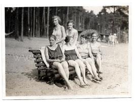 Alte Fotografie FRAUEN MIT BADEANZUG UND SONNENSCHIRM SITZEN AUF EINER BANK