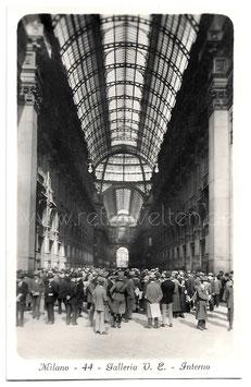Alte Foto Postkarte MILANO  Menschenansammlung in der GALLERIA VITTORIO EMANUELE II, 1920er Jahre