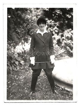 Alte Fotografie AMAZONE REITERIN MIT GERTE UND REITKLEIDUNG, Mode 1930er Jahre