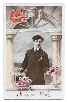 Alte Fotografie Postkarte HEUREUSE FÊTE  Mann mit Blumenkorb und Rosen