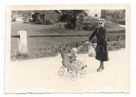 Alte Fotografie MUTTER MIT KINDERWAGEN 1940er Jahre