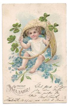 """Alte Lithografie Postkarte """"PROSIT NEUJAHR"""" kleines Kind sitzt in einem Korb mit Glücksklee und Vergissmeinnicht, 1905"""