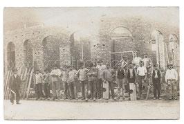Alte Foto Postkarte HANDWERKER BAUEN EIN HAUS, um 191O