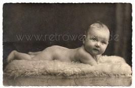 Alte Foto Postkarte KLEINER JUNGE IN POSE AUF EINEM SCHAFFELL, 1939