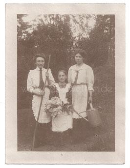 Alte Fotografie DREI JUNGE FRAUEN MIT BLUMENSTRAUß UND GIEßKANNE um 1910