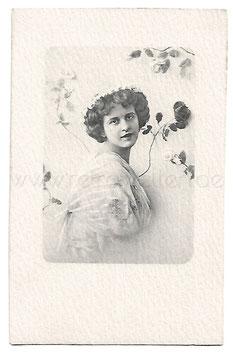 Alte Fotografie Postkarte PORTRÄT EINER SCHÖNE FRAU MIT BLUMEN