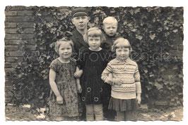 Alte Fotografie Postkarte GROßER BRUDER MIT SEINEN VIER KLEINEN GESCHWISTERN