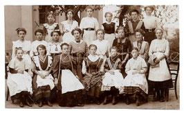 Alte Fotografie Gruppenbild MUTTI IN DER HANDARBEITSSCHULE, junge Frauen mit Schürzen und Näharbeiten, 1911