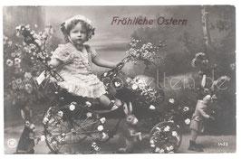 Alte Foto Postkarte OSTERN kleines Mädchen mit Kirschzweigen auf Tretauto mit großem Osterei, Osterhasen 1909