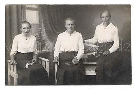 Alte Fotografie Postkarte DREI SCHWESTERN MIT BLUMEN UND BUCH um 1900