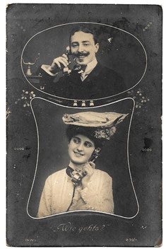 """Alte Foto Postkarte """"WIE GEHT'S?"""" Mann und Frau telefonieren, um 1908"""
