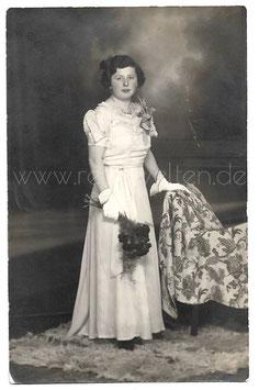 Alte Fotografie Postkarte HOCHZEIT elegante Brautjungfer mit Handschuhen und Rosenstrauß, 1940er Jahre