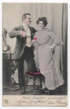"""Alte Postkarte """"PROSIT NEUJAHR!"""" elegantes Paar mit Weinflasche und Weinglas, 1904"""