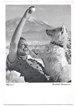 Alte Foto Postkarte FASS AN! Frau spielt mit Hund