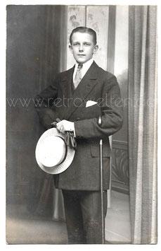 Alte Fotografie Postkarte ELEGANTER JUNGER MANN MIT STROHHUT  UND SPAZIERSTOCK Herrenmode um 1910