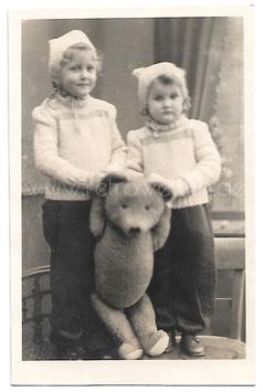 Alte Fotografie ZWEI KLEINE MÄDCHEN MIT GROßEM TEDDYBÄR um 1920