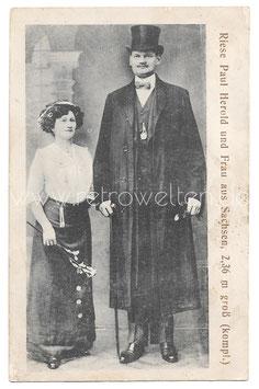 Alte Fotografie Postkarte Zirkusartist RIESE PAUL HEROLD UND FRAU AUS SACHSEN, 2,36 m groß