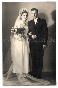 Alte Fotografie Postkarte HOCHZEIT Brautpaar aus den 1940er Jahren