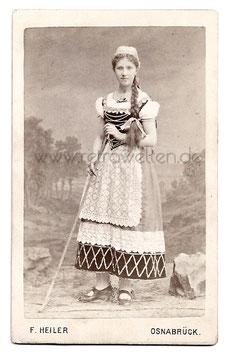 Alte CDV Fotografie HÜBSCHE JUNGE FRAU MIT LANGEM ZOPF IN TRACHT, 1886